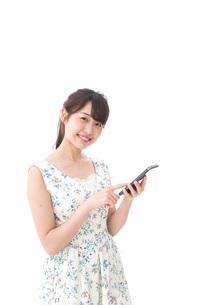 アプリ・スマホを使う若い女性の写真素材 [FYI04709101]