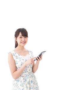 アプリ・スマホを使う若い女性の写真素材 [FYI04709102]