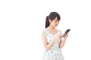 アプリ・スマホを使う若い女性の写真素材 [FYI04709103]