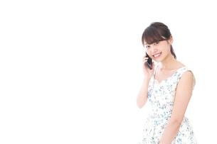 スマホを使う若い女性の写真素材 [FYI04709107]