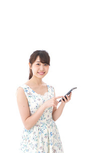アプリ・スマホを使う若い女性の写真素材 [FYI04709108]