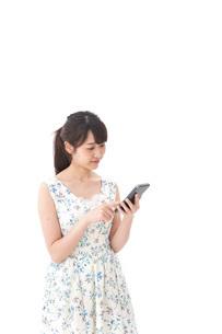 アプリ・スマホを使う若い女性の写真素材 [FYI04709109]