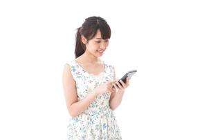 スマホを使う若い女性の写真素材 [FYI04709111]