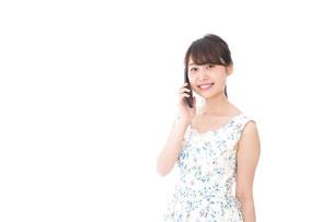 スマホで通話をする若い女性の写真素材 [FYI04709112]