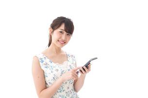 アプリ・スマホを使う若い女性の写真素材 [FYI04709115]