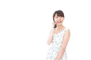 スマホで通話をする若い女性の写真素材 [FYI04709118]