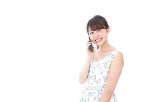スマホで通話をする若い女性の写真素材 [FYI04709119]