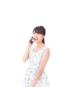 スマホで通話をする若い女性の写真素材 [FYI04709122]