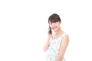 スマホで通話をする若い女性の写真素材 [FYI04709125]