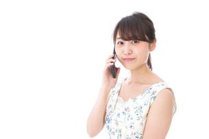 スマホで通話をする若い女性の写真素材 [FYI04709126]