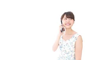 スマホを使う若い女性の写真素材 [FYI04709127]