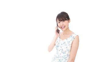 スマホで通話をする若い女性の写真素材 [FYI04709128]