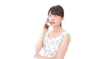 スマホで通話をする若い女性の写真素材 [FYI04709130]