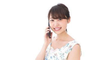スマホで通話をする若い女性の写真素材 [FYI04709131]