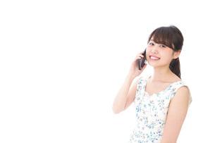 スマホで通話をする若い女性の写真素材 [FYI04709132]