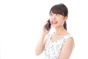 スマホで通話をする若い女性の写真素材 [FYI04709133]