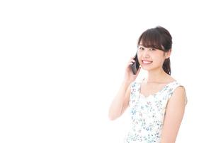 スマホを使う若い女性の写真素材 [FYI04709136]
