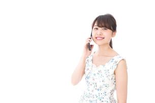 スマホを使う若い女性の写真素材 [FYI04709138]