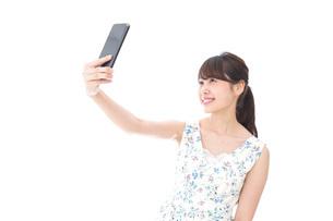 自撮り・ライブ配信をする若い女性の写真素材 [FYI04709139]