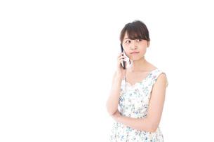 スマホで通話をする若い女性の写真素材 [FYI04709140]