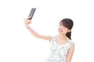 自撮り・ライブ配信をする若い女性の写真素材 [FYI04709142]