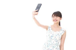 自撮り・ライブ配信をする若い女性の写真素材 [FYI04709144]