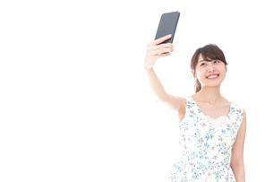 自撮り・ライブ配信をする若い女性の写真素材 [FYI04709145]