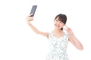自撮り・ライブ配信をする若い女性の写真素材 [FYI04709146]