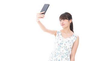 自撮り・ライブ配信をする若い女性の写真素材 [FYI04709147]
