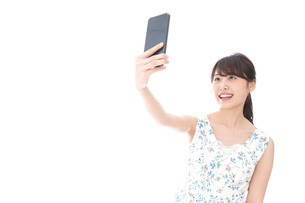 自撮り・ライブ配信をする若い女性の写真素材 [FYI04709148]