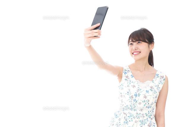 自撮り・ライブ配信をする若い女性の写真素材 [FYI04709149]