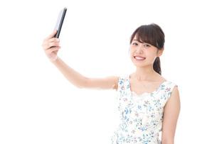 自撮り・ライブ配信をする若い女性の写真素材 [FYI04709150]