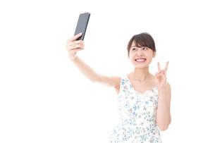 自撮り・ライブ配信をする若い女性の写真素材 [FYI04709151]