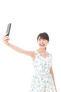 自撮り・ライブ配信をする若い女性の写真素材 [FYI04709152]