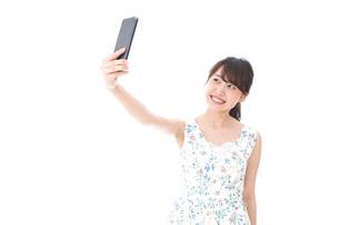自撮り・ライブ配信をする若い女性の写真素材 [FYI04709153]