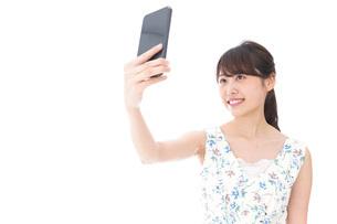 自撮り・ライブ配信をする若い女性の写真素材 [FYI04709154]