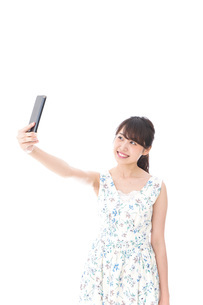 自撮り・ライブ配信をする若い女性の写真素材 [FYI04709155]