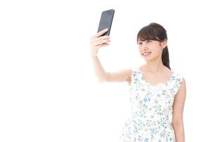 自撮り・ライブ配信をする若い女性の写真素材 [FYI04709156]