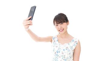 自撮り・ライブ配信をする若い女性の写真素材 [FYI04709157]