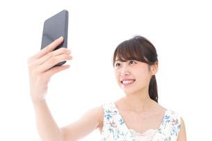 自撮り・ライブ配信をする若い女性の写真素材 [FYI04709158]
