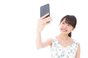 自撮り・ライブ配信をする若い女性の写真素材 [FYI04709159]