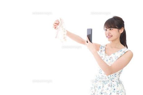 フリマサイト・フリマアプリに出品する女性の写真素材 [FYI04709160]