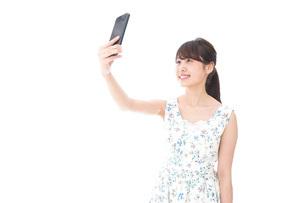 自撮り・ライブ配信をする若い女性の写真素材 [FYI04709161]