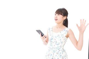 スマホを使う若い女性の写真素材 [FYI04709164]