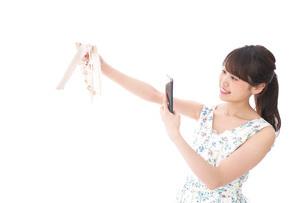 フリマサイト・フリマアプリに出品する女性の写真素材 [FYI04709166]