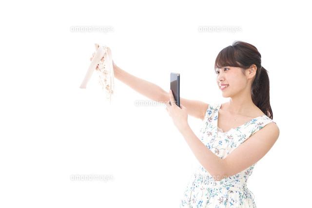 フリマサイト・フリマアプリに出品する女性の写真素材 [FYI04709167]