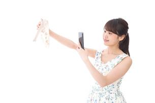 フリマサイト・フリマアプリに出品する女性の写真素材 [FYI04709168]