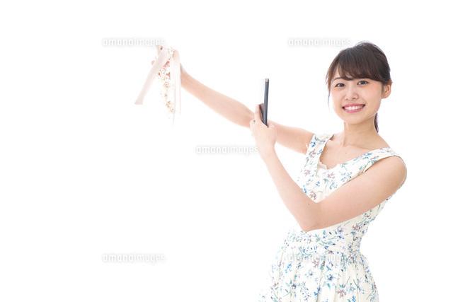 フリマサイト・フリマアプリに出品する女性の写真素材 [FYI04709170]