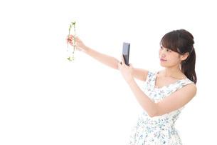 フリマサイト・フリマアプリに出品する女性の写真素材 [FYI04709171]