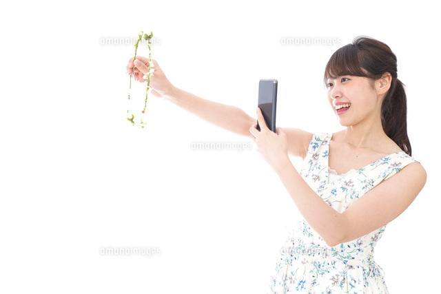 フリマサイト・フリマアプリに出品する女性の写真素材 [FYI04709172]